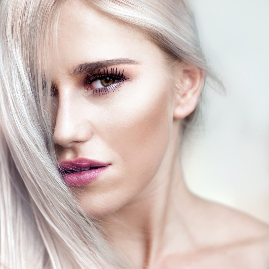 ragazza capelli bianchi lunghi