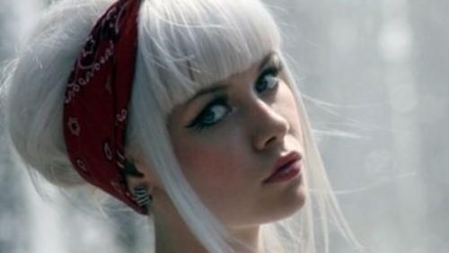 ragazza capelli bianchi raccolti