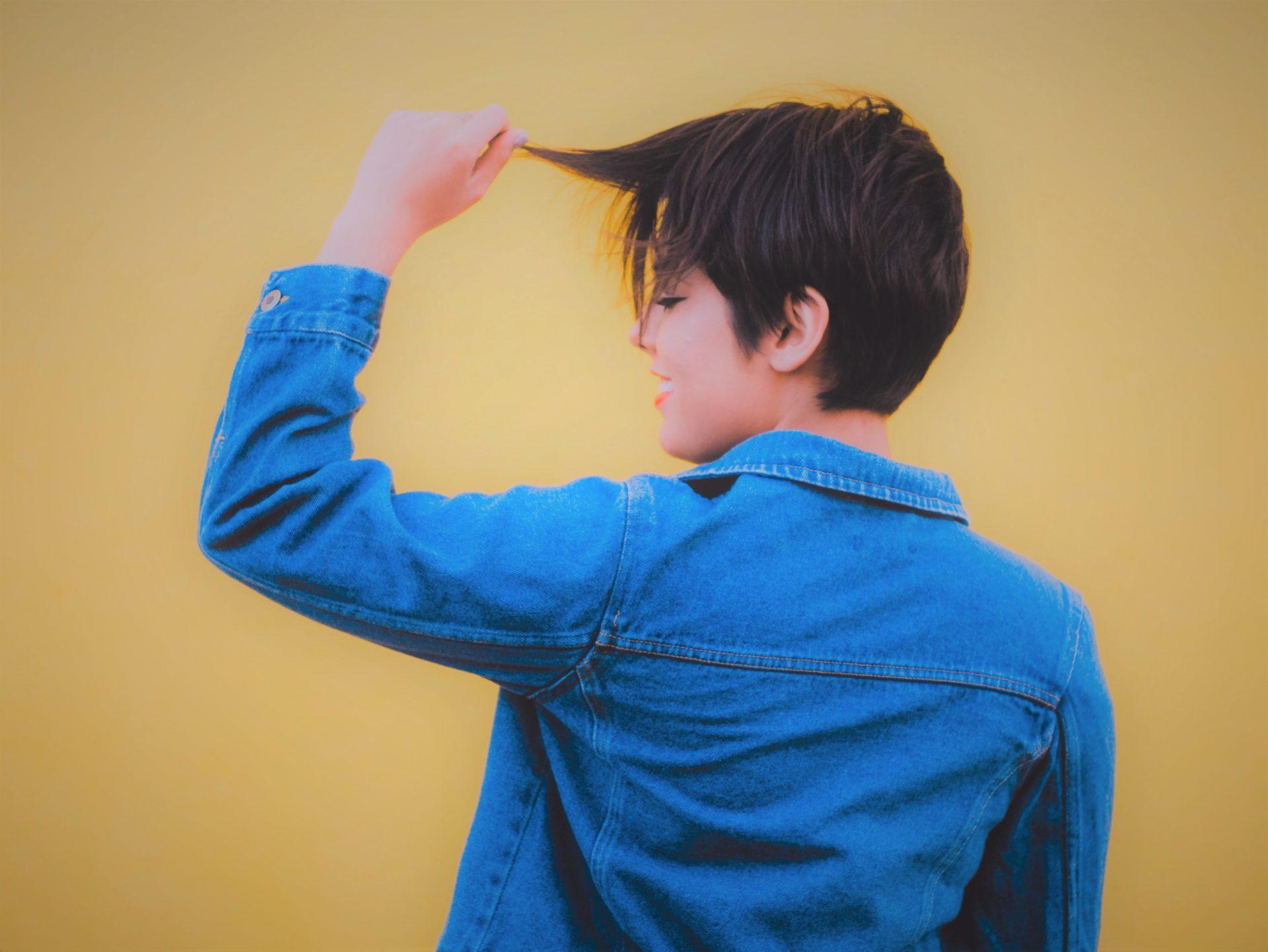 capelli corti ragazza ciuffo lungo
