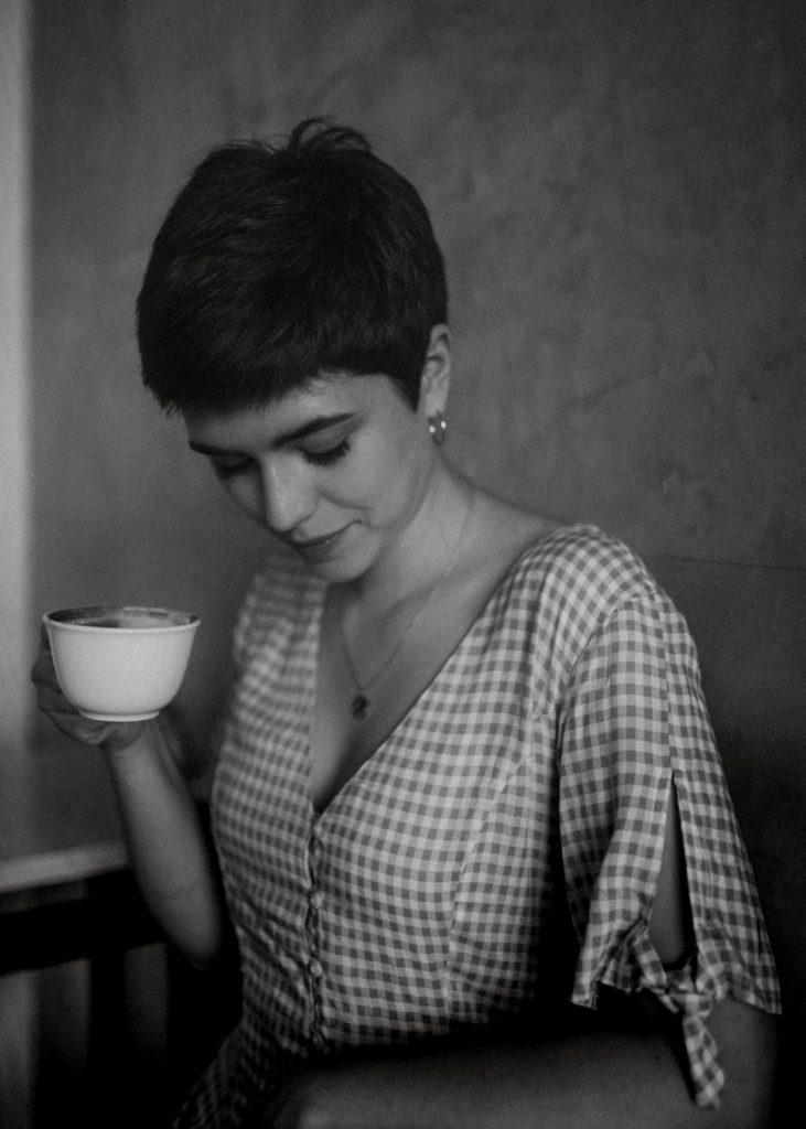 donna capelli corti e tazza in mano